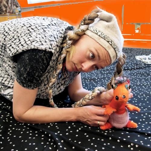 Den lille dragebabyen Ella hilser på barna